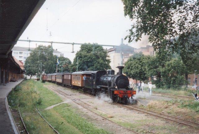 En dag i 1988 fremførtes toget fra Upsala af banens nr. 28, et 1'C'1 lokomotiv med tender.