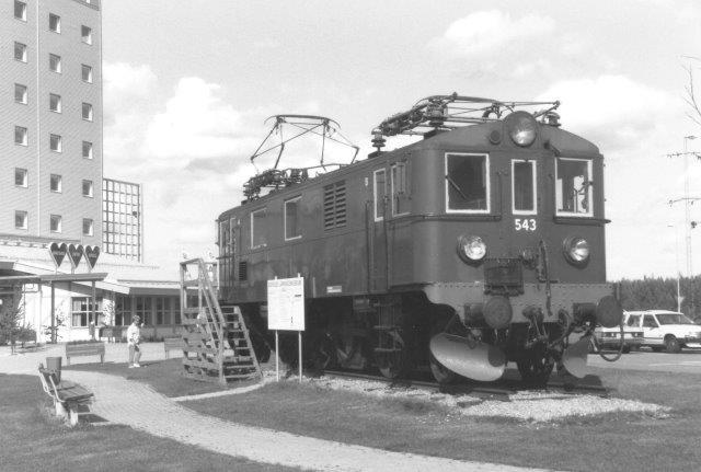 SJ Du 547 opstillet ved motorvejshotellet Älvkarlen ved ved Dalselven syd for Gävle som en reklame Jernbanemuseet i Gävle. Foto 1988.