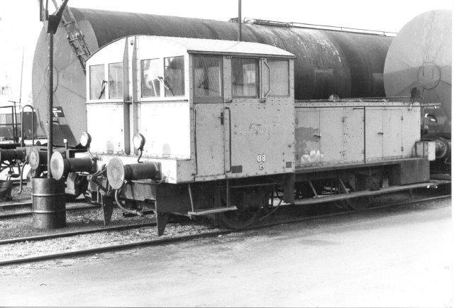 Nynäs Petroleum 08, Kalmar 34/1937. Der var flere tidligere ejer. Første ejer var SJ, der betegnede lokomotivet SJ Z3 80. Bemærk, at skiltet med 80 nu er vendt og genanvendt som nr. 08! 1984.