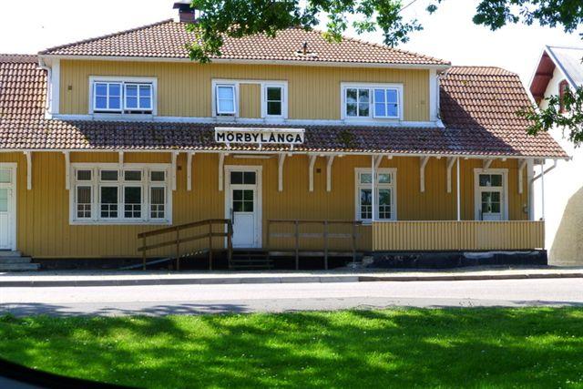 I Mörbylånga 2014 på Sydøland løb jeg over denne bygning, jeg formoder var banegården.
