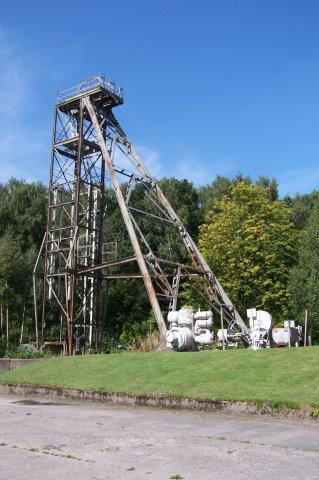 I Bjuv var der en noget større udendørsudstilling. Blandt andet elevatortårnet resterede. Vognene blev taget ud midt oppe på tårnet, hvor de kørte over værkets loft, så tyngedekraften kunne udnyttes til kullenes vej gennem værket for vask, rensning og pakning. 2011.