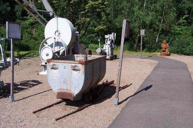 En vogn f samme type i Bjuv som i Nyvång. den str på et skifte, men nyvångvognen stod ved en drejeskive. Også her ses tikkøb til kabeltræk, idet gaflen der griber fat i det løbende kabel, ses.
