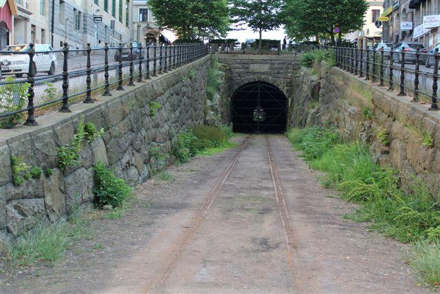 Lige syde for banegården forsvandt havnebanen til flådehavnen ind i en tunnel under byen. Der var stadig 2013 sporrester.