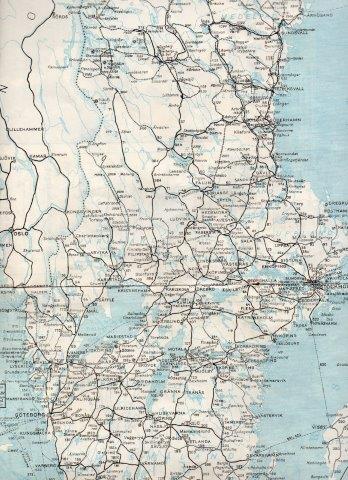 Bergslagerns Järnvägar er formentlig den, der førte fra Göteborg over Vänern til Ludvika. Den er mærket 53 og 53. TGOJ fører fra Ludvika via Eskilstuna og <nyköping til <Oxelösund. Den er mærket 62, 63 og 64.. Mellem Ställdalen og Ludvika ses de to parallele strækninger. (Køreplan)numrene angiver hvilken bane, der tilhørte hvilket selskab. Sveriges Kommunikationer 1952.