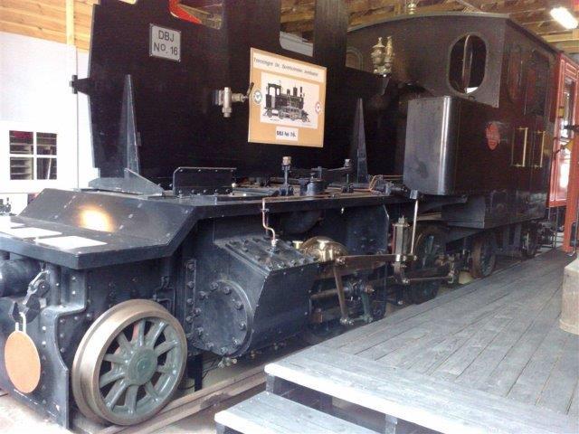 Lokomotivet ses her med for- og efterløber på museet i Neksø. Desværre har jeg aldrig fået noteret, hvem der har tilsendt mig billedet og derfor ikke fået lov til offentliggørele, men hvis rette vedkommende melder sig, vil jeg bringe formaliteterne i orden eller slette billedet. Nogen fotodato har jeg heller ikke.