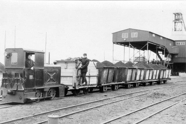 Sikkert et Jung-lokomotiv ved en af gruberne. Foto fra museet.