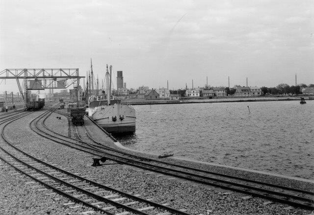 Havnens spor var omfattende. Også her trestrengen omend nærmeste skifte kun er smalsporet. Foto far Museet.