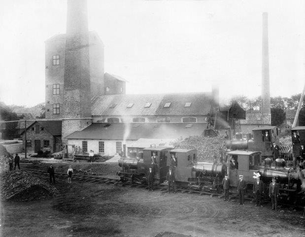 Her ses 4½ lokomotiv. De fire hele er andre end på ovenstående foto. Begge foto er udsnit af samme større billede.
