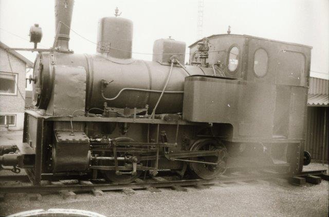 Det svenske industribanelokomotiv, som bornholmerne købte, ses her i Ängelholm fotograferet af Lars Olav Karlsson. Det var buret inde, så lidt af en hegnstråd er kommet med på fotoet.