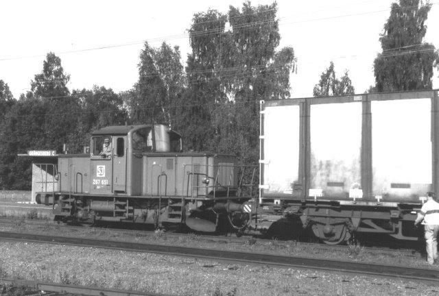 I 1988 havde SJ taget over fra TGOJ i Grängesberg. Trafikken var behersket. Her ankommer SJ Z67 651 med to containervogne til ladesporene.