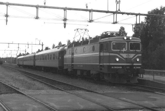 Efter at TGOJ-banen til Ludvika var taget op, var der kun en perron tilbage i Grängesberg med en behersket toggang. Normalt en SJ med tre personvogne. Her SJ Rc6 1398. 1988.