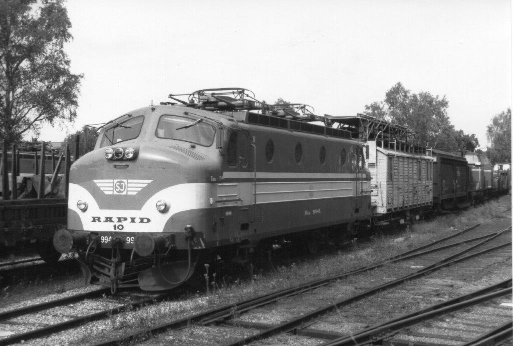 SJ Ra 994, Rapid 10. Lokomotivet er fr 1961, men opslidt og udrangeret. Ved sammenligning med Rapid 8 ses, at førerhuset ikke er ombygget. Örebro 1988.