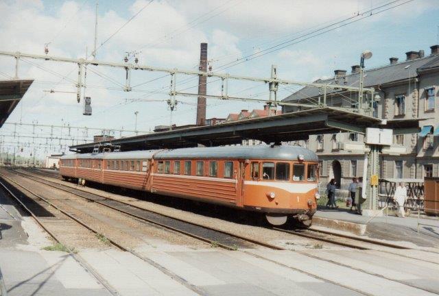 TGOJ X20 1, (201 - 204) ved perron I Eskilstuna 1988.