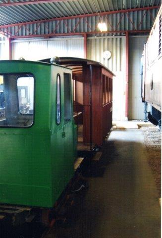 Museets lille tog: motorlokomotiv og personvogn, ikke særlig fotogent opstillet og uden data. 2011.