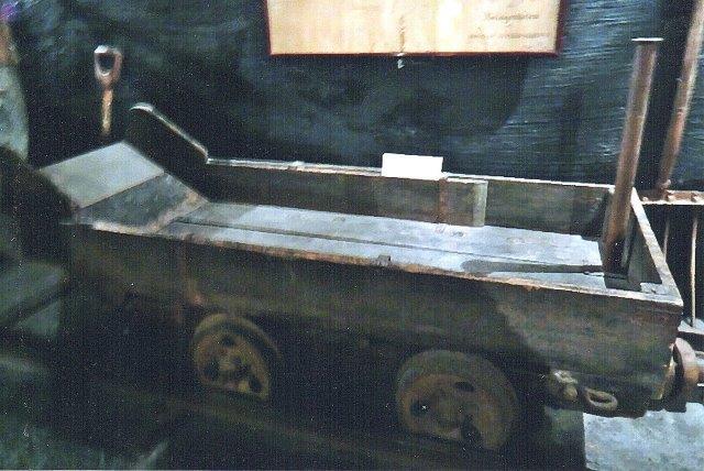 Båretransportvogn. Den har gaffel til transport på endeløst kabel.