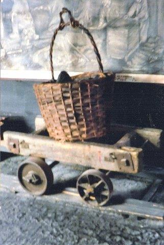 Bevaret tidlig vogn på træspor med hjul uden flancher. Kurven kunne fyldes med kul, som hejsedes op. En tidlig container! Museet i Höganäs 2011.