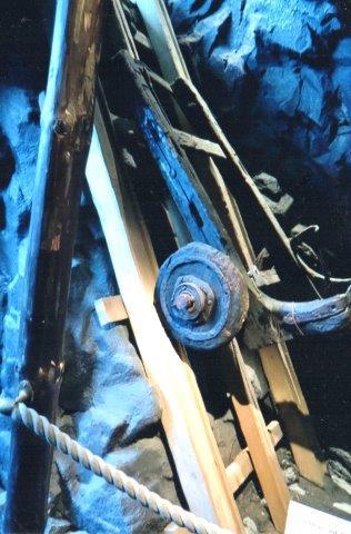 Sveriges ældste jernbanevogn fra 1698 på museet i Ängelholm. Her er tale om en spilbane med en voldsom hældning, 80 grader ca. Vognen blev trukket op fra minen via et kabel. 1717 brød minen sammen og vognen 266 meter unde roverfladen oversvømmedes sammen med de lavere dele af minen. Da man 1860 tørlagde de dele i gen, fandt man vognen. Den deponeredes på museet i Falun, vhofra den udlåntes til jernbanemuseet i Ängelholm. Edit Laursen tog billedet 2011.
