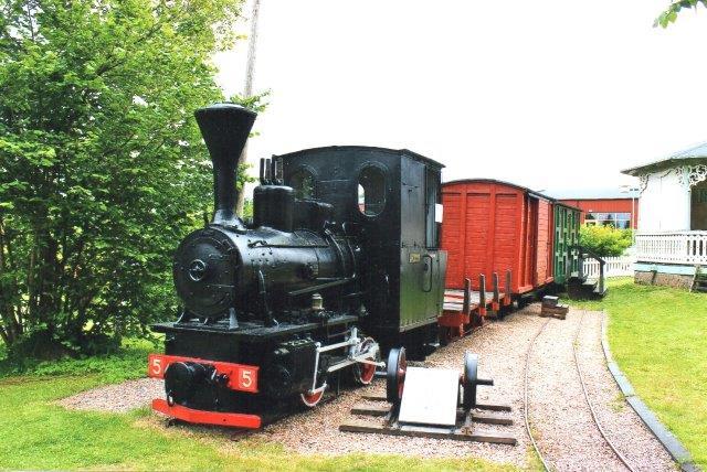 I det overrendte Kosta var der fred of god kaffe med brød lavet af frivillige på Hembygmuseet. Her stod også et minde om Kosta - Lessebo jernbanen, KLJ Lokomotivet kaldtes Femman, idet KLJ kun havde fire lokomotiver i erkendelse af, at denne var hentet på Guldsmedshyttan. Det var O&K 7274/1916 i 700 mm. KLJ var 600 mm. 2013.