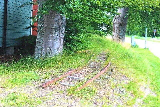 """Rundt på området lå også et længere 600 mm spor, og i hallen til venstre holt et komplet """"tivolitog."""" Intet tydede på, at man mere kunne få en tur med toget."""