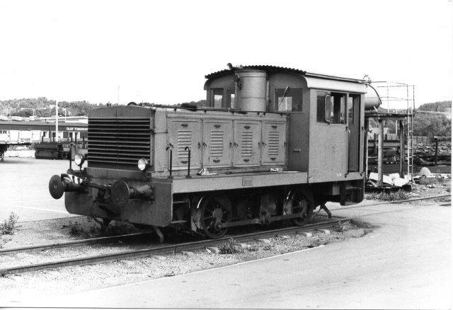 Hos Göteborgs anden store skrothandler var der tydelig forskel på lokomotivparken og skrottet. Denne MaK fra 1940 var rigtig velholdt, Kan du se, at Mak de første år byggede efter DWKs tegninger. Foto 1986.