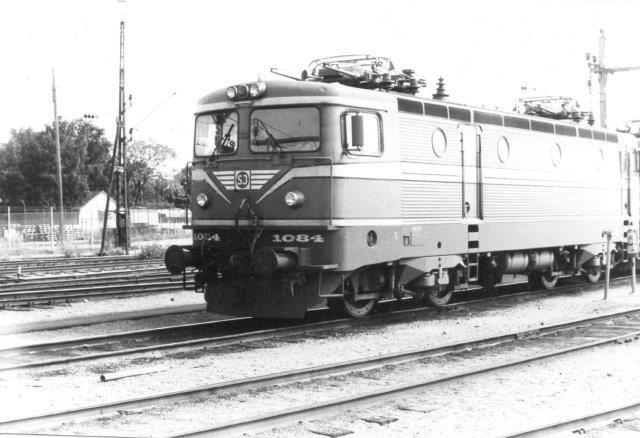 SJ Rc2 1084 på Sävenäs i Göteborg 1984.