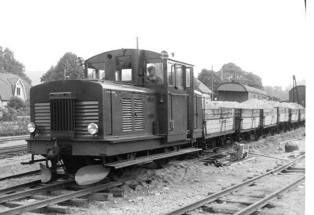 AGJ uden nr. med ballasttog. Af samme type havde man også AGJ 4.