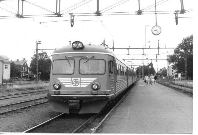 SJ X9 130 med et af dagens få tog i Vara i 1986.