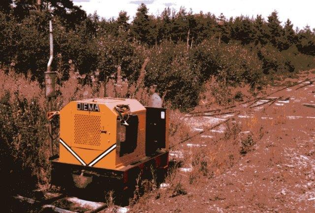 Kun et lokomotiv sås, Diema 2002/1957. Motoren var udskiftet med en mere pladskrævende Opel-motor, så benzintank og løler var flyttet uden for motorhuset. Foto fra 1986.