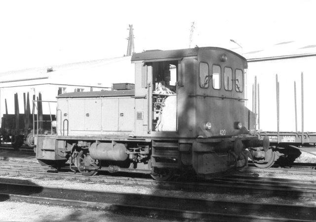SJ Z64 420 på havnen i Kristinehamn. Havnen kunne tage 5000 t skibe, og der var en ret stor godsomsætning her. 1986. Lokomotivet var bygget af Deutz.