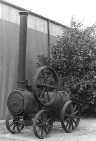 Uden for Stenas port stod en lokomobil, Munktell 4726/1912. Foto fra 1986.