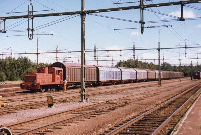 Swedspan uden nr., MaK 220 008/1952. Type 240B. Ex. NBJ 17. Fra 1985 Swedspan. Tolv vogne holdt i Laxå, men vi hentede kun de ti, da læssehallen i Röfors kunne kunne tage ti vogne. Laxå Station ser stor ud, men dels er trafikken på privatbanen indskrænket til Swedspans trafik, dels rebrousserer Oslotogener ikke mere her, da der er lavet en baneforlægning. 1986.
