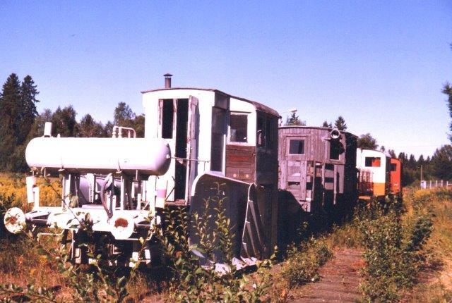 Da der kunne være 60 centimeter sne på banen, var en sneplov nyttig. Bagved ses LRJ 7, MaK 220 010/11111952 240B samt endnu et reservelokomotiv uden data. 1986 ved Laxsjöen.