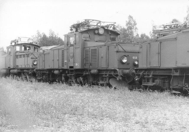 SJ Ud 858 sammen med søster samt til venstre en anden type. 1986 på en lokomotivkirkegård ved SJs hovedværksted i Örebro.