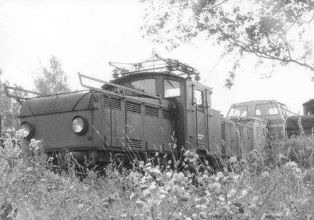 Det lokomotiv er det ikke lykkedes at bestemme. Vi stod uden for hegnet. Der var en indgang, men porten var låst og portnerboden ikke besat. Et telefonanlæg bragte os i kontakt med en, der dog ikke ville lukke porten op. 1986..