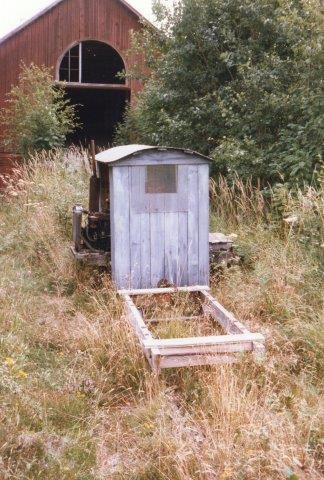 Slästorf uden nr. og data. Hjemmelavet under rmedvirkning af lokal smed. Da vi endelig fandt frem, ville vi spørge om tilladelse til at kigge. Døren i beboelseshuset stod åben, men der var ingen hjemme. Til gengæld gik hønsene tilsyneladende rundt i hele huset! 1986.