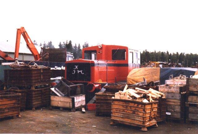 Sammes andet lokomotiv fra Jönköping Motorfabrik, JM var uden data. Ved at bøje et K i jern fik firmaet sammen med JM deres egne initialer frem! 1986.