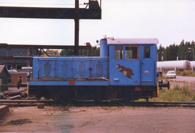 Björneborgs Järnvärks AB uden nr. MaK 220 006/1952. Type 240B. Man har lånt Baloo af Disney. Lokomotivet var næppe et af NBJ, men måske stammer det fra Bofors? 1986.