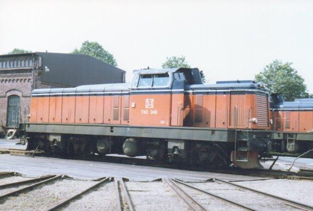 SJ T43 240 ved depotet i Halmstad 1986. I årene 1961 . 63 er der af NOHAB bygget 50 styk med GM-motor. 1500 hk og 72 t.