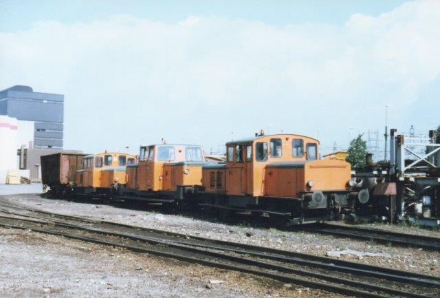 Tre af værket fire normalsporlokomotiver holder kaffepause i 1986.