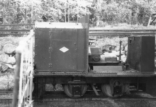 O&K 11429/1939. Type RL1C i 600 mm. Det har kørte på en tømmerflådningsbane tilhørende Iggesund, hvorefter det kom til Forssa Teglværk og til sidst til A. Lernbo. Efter denne død i 2002 formentlig til Kalle Svalborg? Foto i Söderhamn 1988.