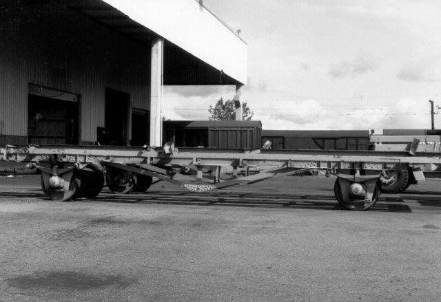 Containerbærevogn med motor. Vognen kørte dog kun fra hallen ud i det fri.