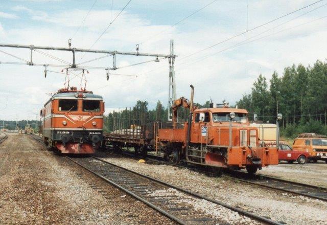 Hvor Hå - Valvik tidligere krydsede lå nogle SJ-spor. Her holdt SJ 1133 og SJ 3920 i form af en Volvo-lastbil på skinnehjul.