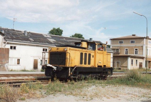 Ala Sagvärk uden nr., Oscarshamns Varv (Værft) 235-6-6/1965. Typen kaldtes D180/315, og lokomotivet vejede 40 t. Det havde en Cummings-motor ogeelektrisk kraftoverfførsel fra ESAB. Foto 1988.