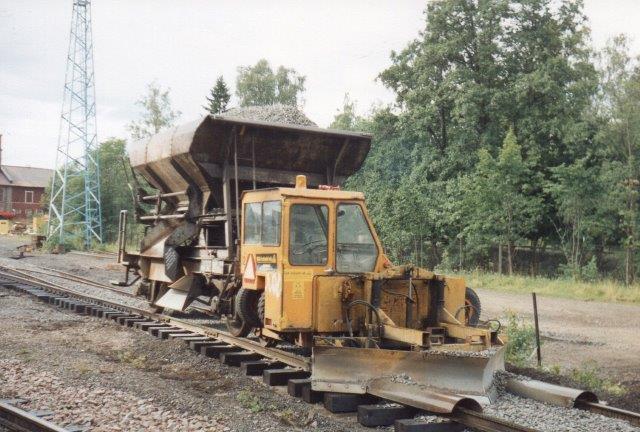 Sporrenoveringen varetoges af GIA Sporteknik i Ystad, der havde indsat en Trackmobil. Foto 1988.