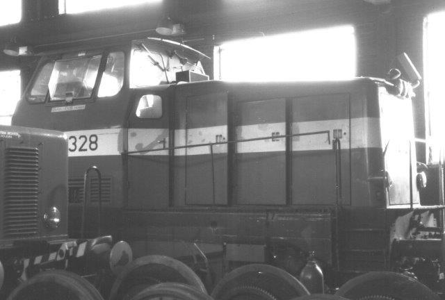 OVAKO 8631, ASEA 1702/1972 til eftersyn i remisen. Til 1979 var den SJ T45 328. Derefter kom den til SKF (kuglelejer) og s til OVAKo. Foto 1988.