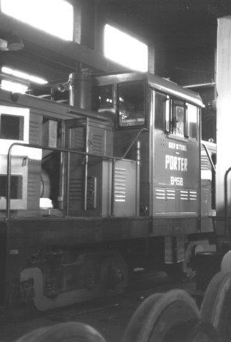 OVAKO8458, Porter 8159/1947. Det lokomotiv var som T45 dieselelektrisk og kørte togene til SJ med et lok for og et lok bag på grund af stigningen. Der var normalt 30 vogne i stammen. 1988.