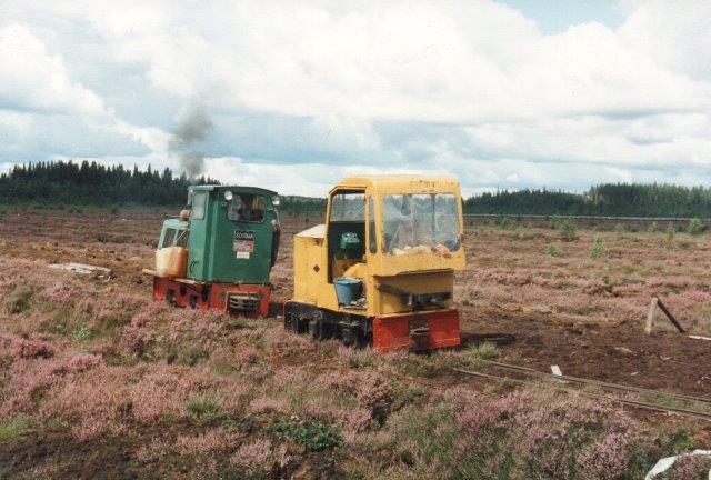Helt ude i gravefeltet mødes Schömaen med en gammel O&K, der var endnu lettere. De rykker her frem for at bytte stamme. 1988.