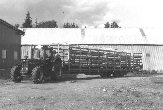 hvordan overfører man tørven fra mose til værk, når man ikke kan lægge smalsporbane hele veje? Den fantasiløse ville nok vælge lastbiltransport, men vil man have vognene med, konstruerer men en sådan vognoverføringsvogn. Foto 1988.