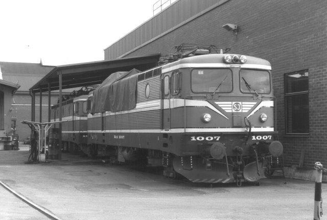 SJ Rc1 1007 på SJs hovedværksted i Örebro 1988. Den var udrangerert, men ikke mere, end at hvis der blev brug for den, og man havde penge, blev den sat i stand igen.