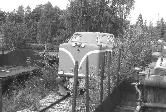 Oppe fra en O-vogn ses en enkelt af de fra smaslpor ombygget Mak-lokomotiver: T23 123. Yo år før var der adskilligeTt22 og T23'ere. Lokomotivkirkeården ved SJs hovedværksted i Örebro 1988.